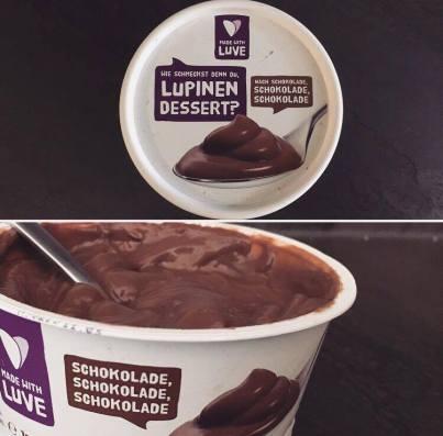 Das vegane Lupinen Dessert mit Schokolade von Made with Luve kommt einem echten Schokoladenpudding so nah wie nur irgend möglich. Herrlich cremige Konsistenz paart sich mit einem wunderbaren Schokoladengeschmack, ohne dass die Lupine einen Eigengeschmack entwickeln würde. Für Pudding-Liebhaber eine unbedingte Empfehlung!